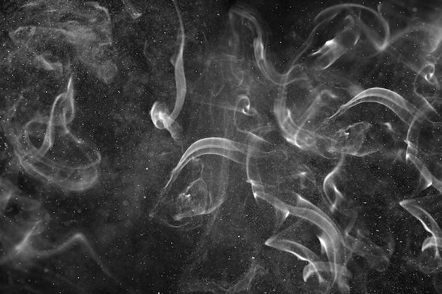 Abstracte witte rook en nevel van water op een zwarte achtergrond