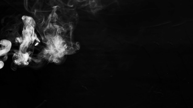 Abstracte witte rook op zwarte achtergrond