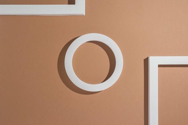 Abstracte witte vierkante podia voor presentaties op een lichtbruine achtergrond. bovenaanzicht, plat gelegd.