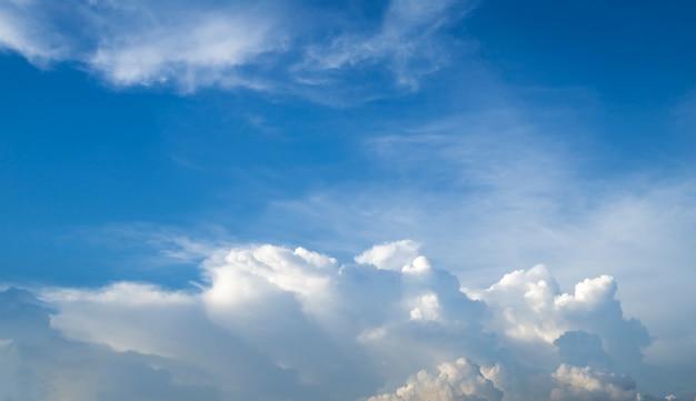 Abstracte witte wolk en blauwe hemel.