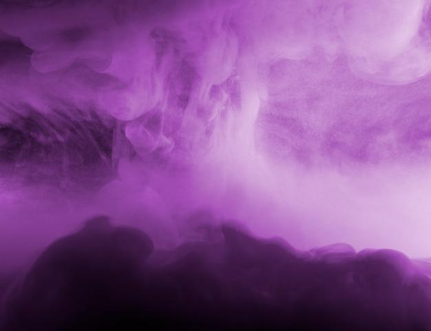 Abstracte wolk tussen paarse nevel