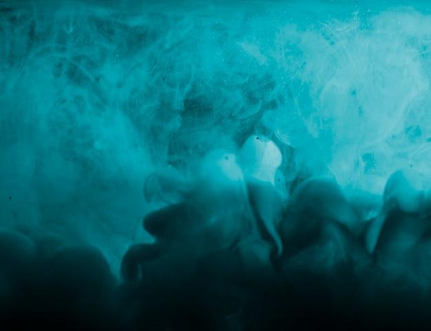 Abstracte zware azuurblauwe mist in vloeistof