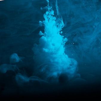 Abstracte zware blauwe nevel in duisternis