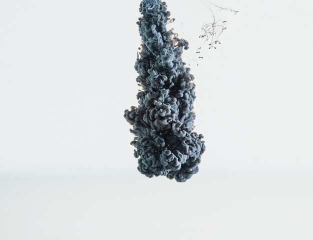 Abstracte zware grijze inktdruppel die valt