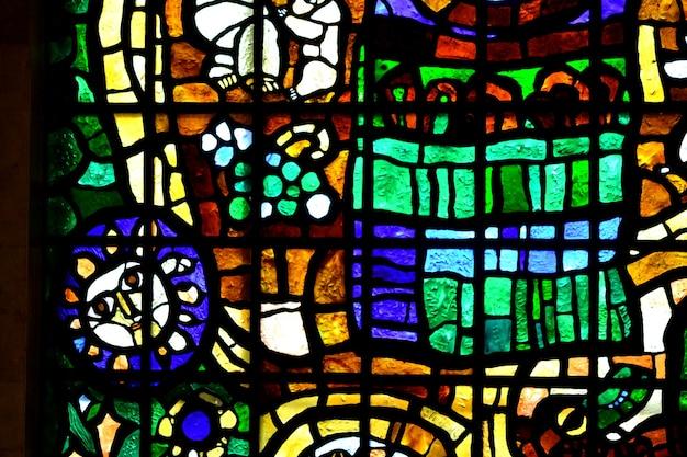Abstractie glas-in-loodramen van verschillende kleuren glas met een dikke brede streep