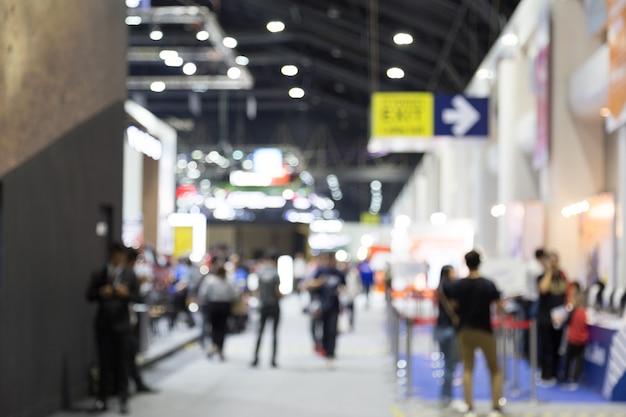 Abtract onduidelijk beeld mensen op expositie hal motor show gebeurtenis achtergrond