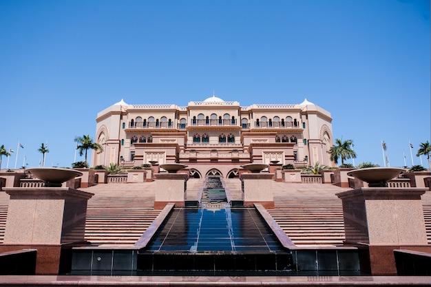 Abu dhabi, de vae - maart 16: emirates palace-hotel op 16 maart 2012. emirates palace is een luxueus en duurste 7-sterrenhotel ontworpen door de beroemde architect, john elliott riba.