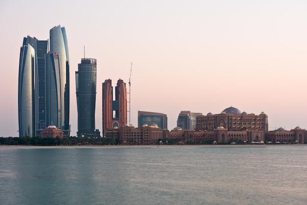 Abu dhabi gebouwen skyline van de zee