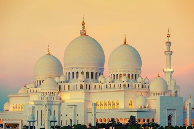 Abu dhabi sheikh zayed mosque bij zonsondergang