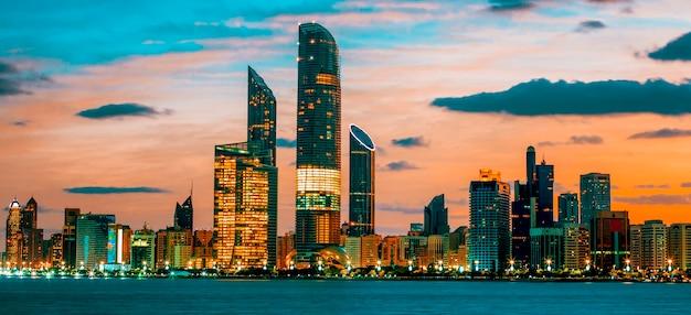 Abu dhabi skyline bij zonsondergang, verenigde arabische emiraten