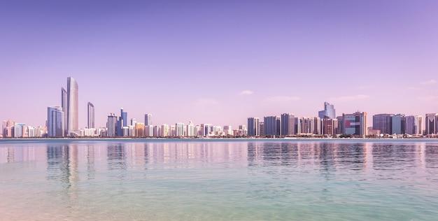 Abu dhabi skyline met wolkenkrabbers met water