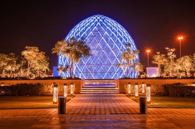Abu dhabi, vae - mei 2020: de hoofdingang van de prachtige en 7e grootste moskee sheikh zayed grand mosque abu dhabi verenigde arabische emiraten