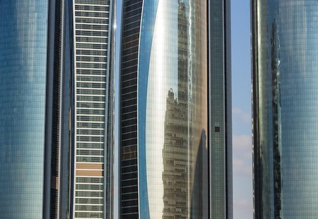 Abu dhabi, verenigde arabische emiraten - 24 februari 2015: etihad towers is een complex van gebouwen met vijf torens in abu dhabi, de hoofdstad van de verenigde arabische emiraten.