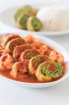 Accacia laat omelet en garnalen in tamarind soep