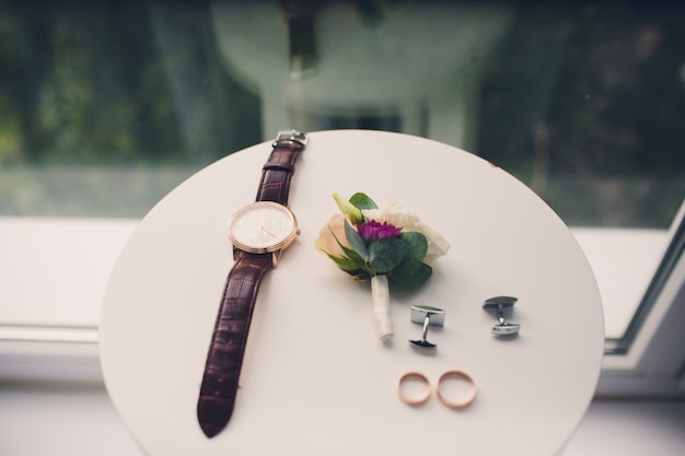 Accessoires bruidegom stropdas horloges en corsages ringen.
