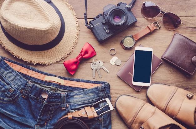 Accessoires en kleding voor reizen op een houten vloer - levensstijl