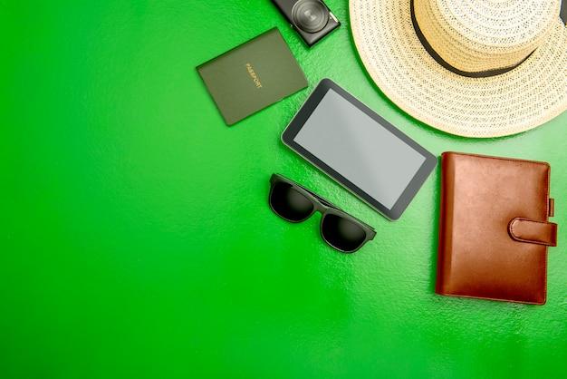 Accessoires en uitrusting zoals hoed, portemonnee, camera, tablet, zonnebril en paspoort voor op reis