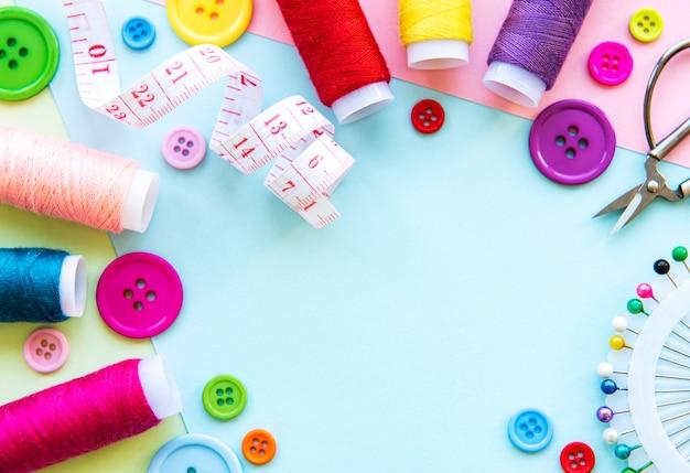 Accessoires naaien op een blauwe pastel achtergrond
