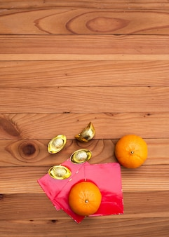 Accessoires op lunar new year & chinees nieuwjaar vakantie concept. oranje in witte plaat met rood zakgeld