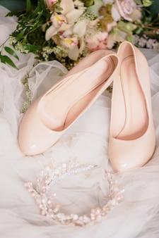 Accessoires van de bruid. sluier, schoenen, boeket en kroon