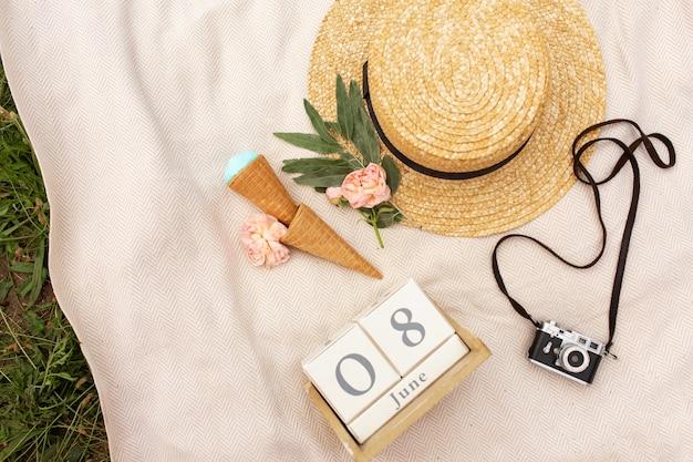 Accessoires van een romantische vrouwenreiziger. rieten hoed en retro camera