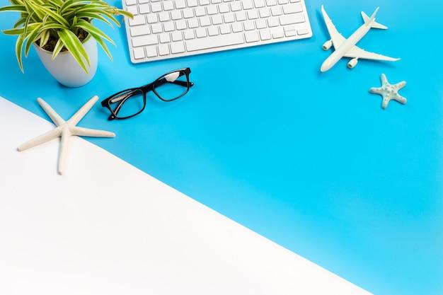 Accessoires van reiziger op blauwe en witte achtergrond met kopie ruimte, travel concept,