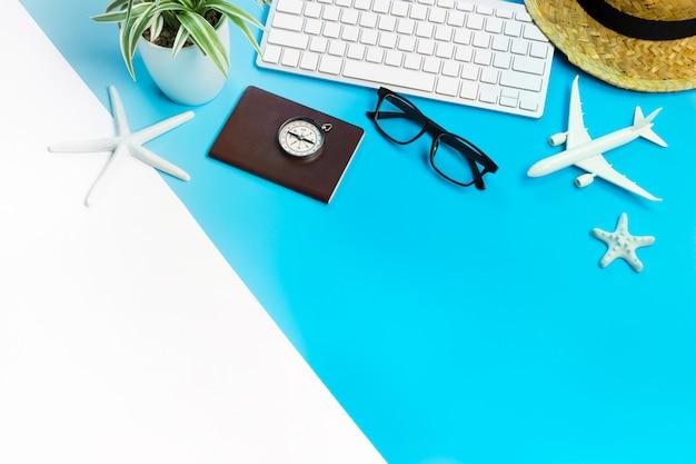 Accessoires van reiziger op blauwe en witte tafel