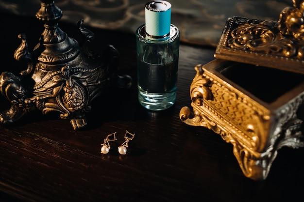 Accessoires voor de bruid. oorbellen op tafel. witte bruiloft oorbellen.