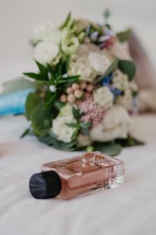 Accessoires voor de bruid: ringen, schoenen, bruidsboeket en parfum