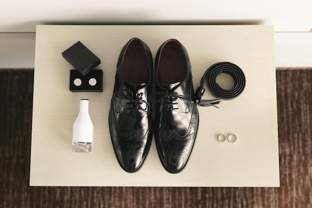 Accessoires voor de bruidegom 's nachts op de trouwdag.