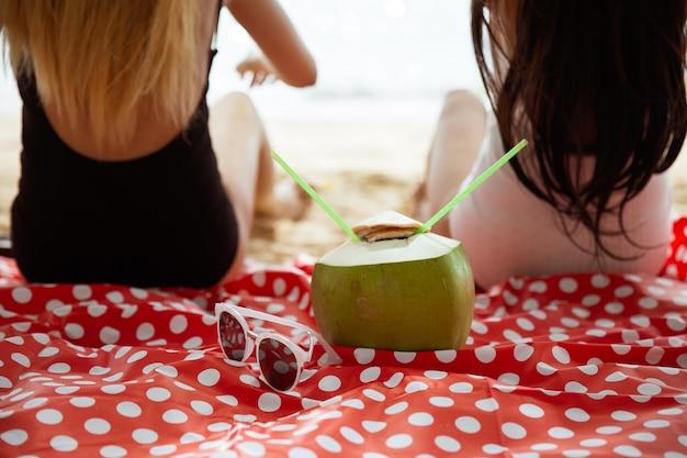 Accessoires voor de zomervakantie van de vrouw strandmode, zomerconcept. trendy kleuren.