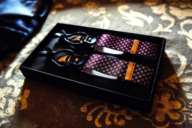 Accessoires voor herenkleding, nieuwe bretels in hun doos.