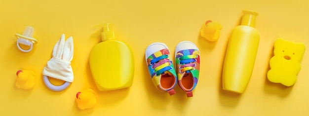 Accessoires voor het baden van pasgeborenen op een gele achtergrond