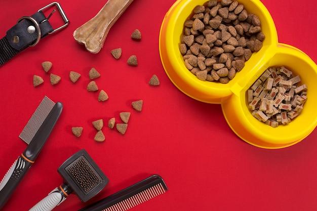 Accessoires voor het trimmen van de hond. kammen en borstels voor honden. bovenaanzicht. stilleven. ruimte kopiëren