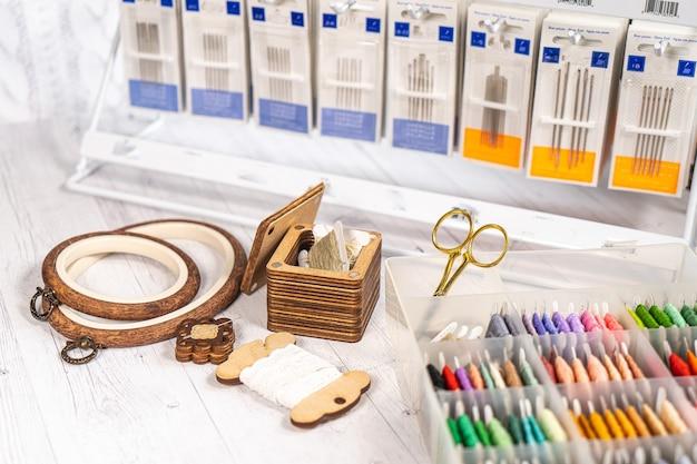Accessoires voor hobby. hoop drukknopen, draden, naalden en schaar