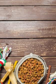 Accessoires voor huisdieren, eten, speelgoed. bovenaanzicht