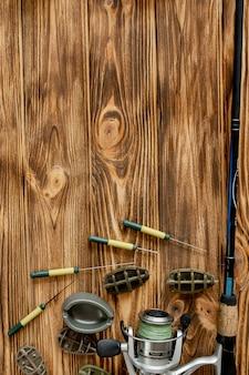 Accessoires voor karpervissen en visaas op houten planken met kopie ruimte.