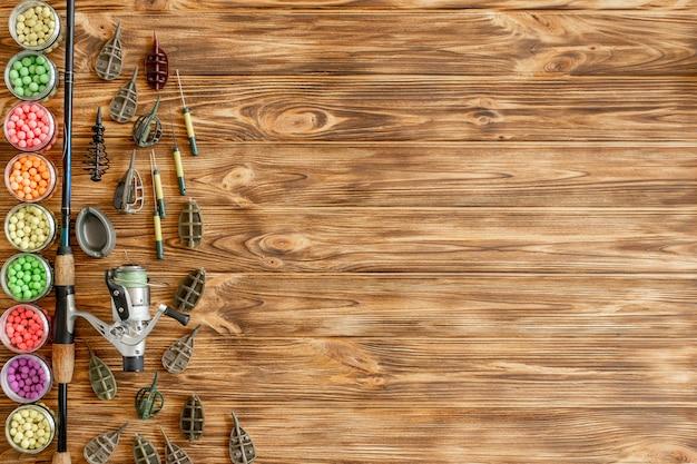 Accessoires voor karpervissen en visaas op houten planken