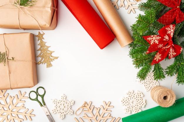 Accessoires voor kerstcadeaus versieren op witte achtergrond, bovenaanzicht, kopie ruimte