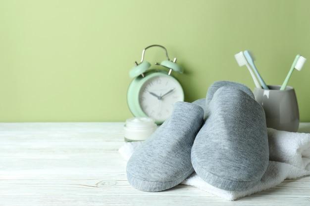 Accessoires voor slaaproutine op witte houten tafel