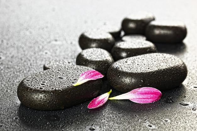 Accessoires voor spa massage in samenstelling op tafel.