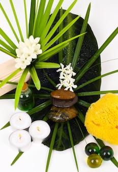 Accessoires voor spa met bloemen van jasmijn
