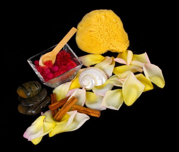 Accessoires voor spa met zoutbad, kaneel, stenen en bloemblaadjes