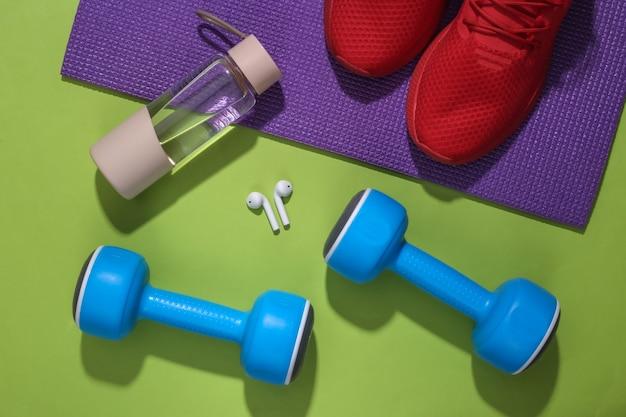 Accessoires voor sport of fitness op een felgroene achtergrond.