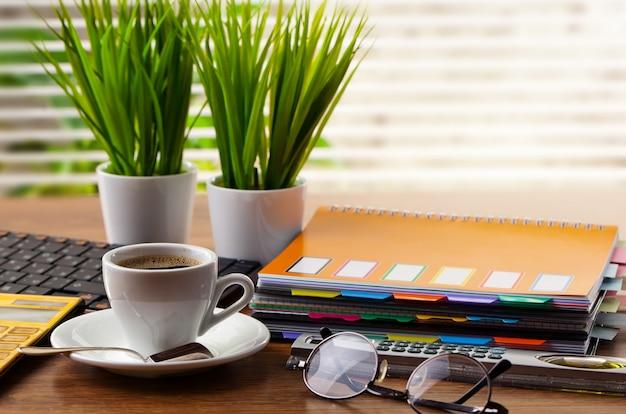 Accessoires voor zakendoen op kantoor op tafel