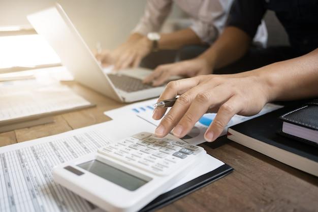 Accountant berekent het aantal winsten in verkoopprestatiegegevens