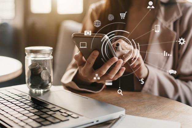 Accountant die aan bureau in bureau werkt die smartphone gebruiken om budget te berekenen. conceptfinanciering en boekhouding.