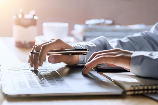 Accountant die in bureau werkt dat laptop met behulp van