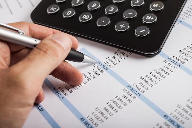 Accountant die op een bedrijfsdocument schrijft