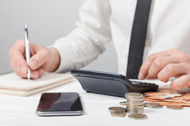 Accountant die op een notitieboekje schrijft